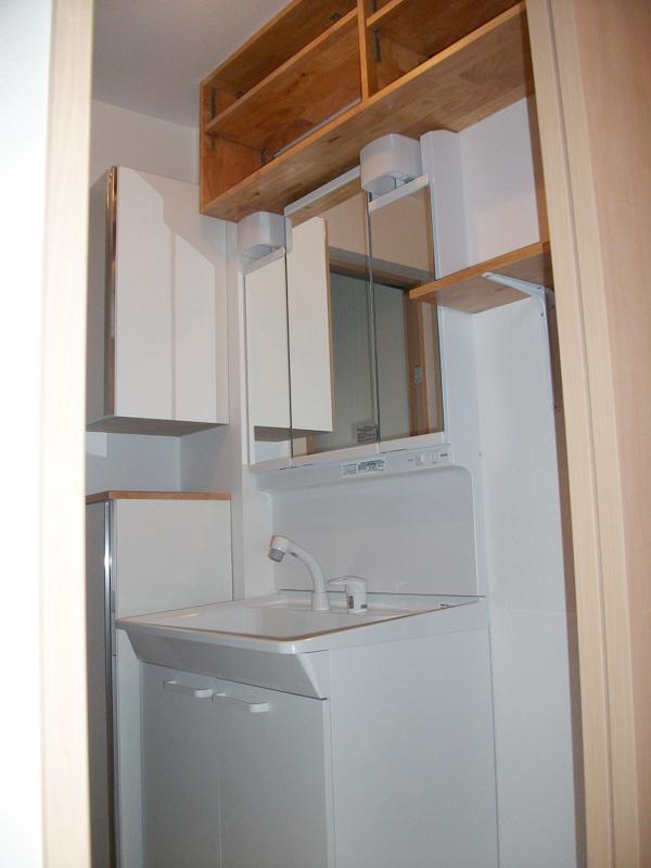 収納が多い洗面所。タオルや洗剤などを入れるスペースも確保。