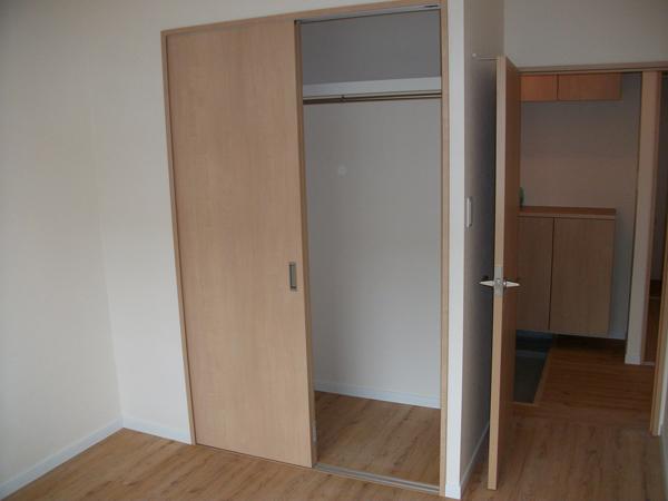 木目調を扉を配置することで、壁のアクセントに。