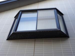 出窓の下に塩害による腐食