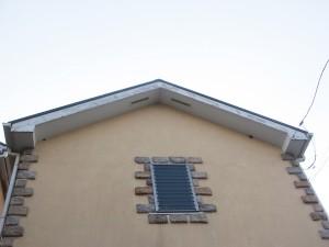 外壁の塗装に汚れが目立つ。