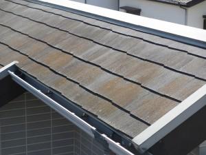 屋根部分が経年劣化と苔が生えている。