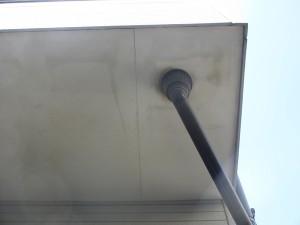 屋根から雨水が浸食し、染みができています。